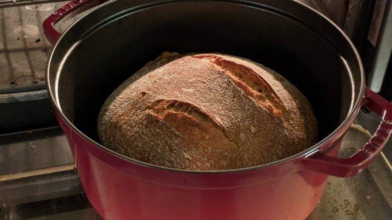 pain dans une cocotte rouge