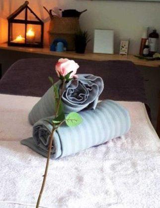 Table de massage. Soins ayurvédiques. Massage du corps.