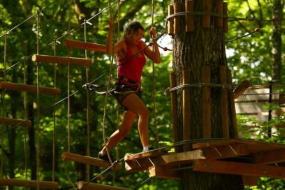 vacances nature et faire de l'accrobranche dans les arbres