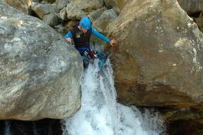 canyoning in de pyreneeen. natuur sport vakantie in de bergen