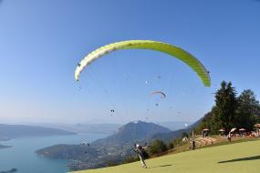 vacances nature et sports dans les montagnes, faire du parapente