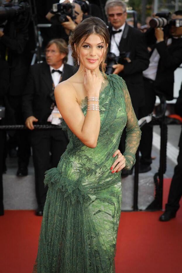 https www leparisien fr laparisienne people cannes 2017 les plus beaux looks du tapis rouge la robe moulante d iris mittenaere 25 05 2017 6982647 php
