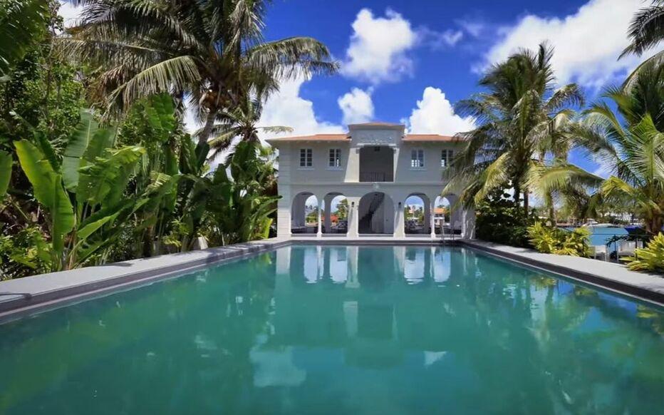 """Il maniero ha una grande piscina e una """"pool house"""" con due camere da letto."""
