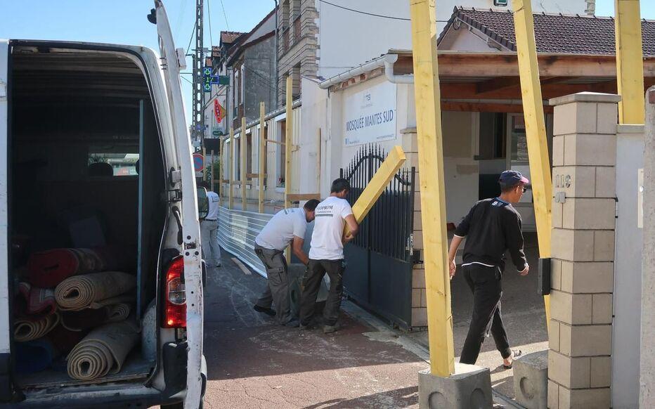Mantes-la-Ville, jeudi matin. Pendant que les membres de la communauté musulmane déménagent l'ancienne mosquée, des ouvriers en barrent les accès. Le maire (RN) peut savourer sa victoire face à l'association des musulmans de Mantes-sud.
