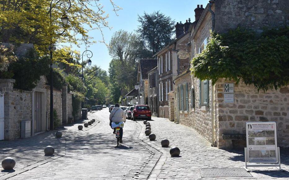 vue sur mairie de Saint-Chéron GR1