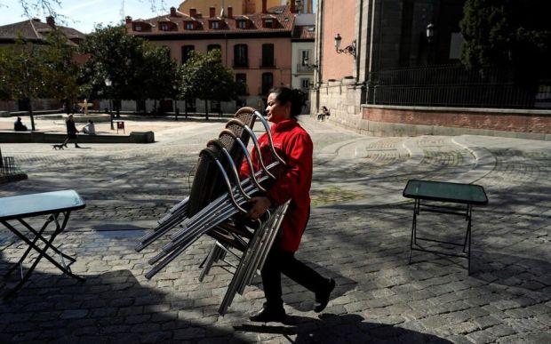 Alors que l'Espagne vient d'être déclarée en état d'alerte, les bars et restaurants de la capitale sont fortement incités à fermer.