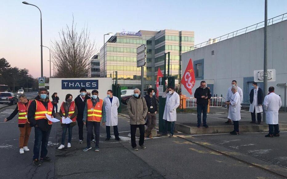 Vélizy, ce mardi. Des employés de Thalès ont cessé le travail pendant trois heures pour protester contre le gel des salaires.