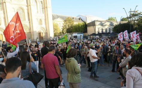 Saint-Denis, ce mardi soir. Des dizaines de personnes ont manifesté pour protester contre la décision du président (PS) de Plaine Commune, Mathieu Hanotin, de faire réadhérer les neuf villes du territoire au Sedif.