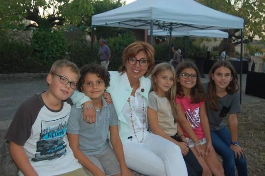 Corinne Vignon félicitée par les enfants de l'école de Flourens cette semaine.