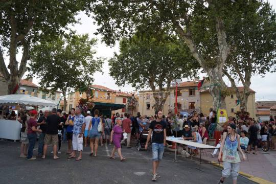 Plus de 400 personnes sur la place du village