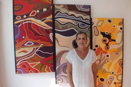 L'artiste devant une de ses oeuvres