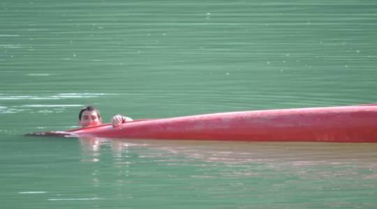 Bien que son frère ait coulé à pic, le pêcheur en difficulté a le sourire...