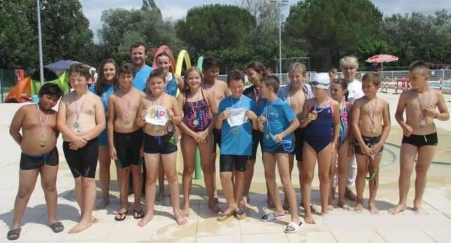 Nos jeunes nageurs médaillés.