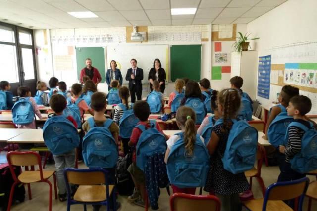 Remise des kits scolaires au groupe scolaire Pierre Puel des Costes-Rouges