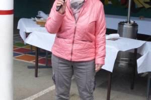 La directrice de l'école Mme Plantin accueille parents et enfants