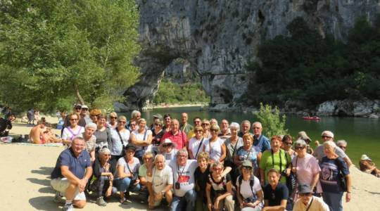 Photo de groupe devant le pont d'Arc