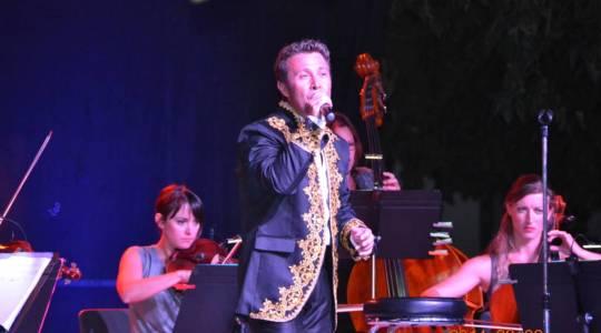 Jacques Fredenucci n'est pas seulement un ténor, il est aussi un chanteur de variétés.