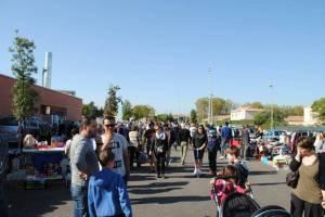 De nombreux chineurs dans les allées du parking du lycée