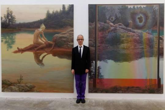 Simon Pasieka devant ses oeuvres