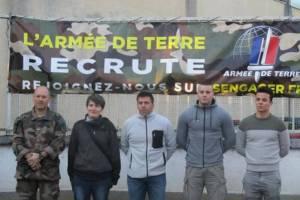 Quatre jeunes engagés entourés des Sous-Officiers du CIRFA