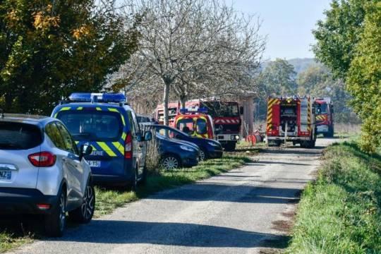 Gendarmes et pompiers sur le site de l'incendie à Bazens.
