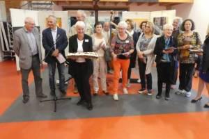 Le gâteau anniversaire - entouré de Monsieur le Maire, quelques exposants et l'équipe de l'association