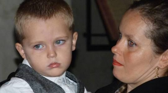 Nathan dans les bras de sa maman Jennifer..