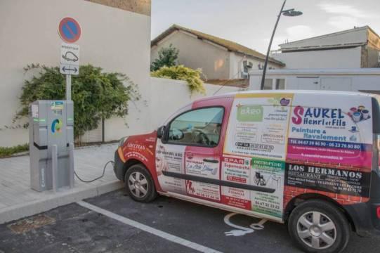 Une borne de recharge pour véhicules électriques sur la place des anciennes écoles.