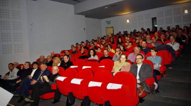 L'auditorium comble pour la soirée citoyen(nes) du CDMJSEA.