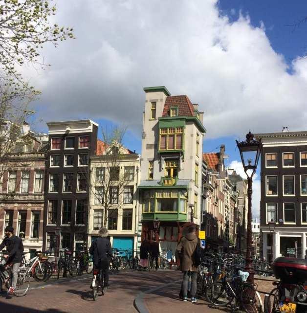 Amsterdam e le sue case dalle forme particolari