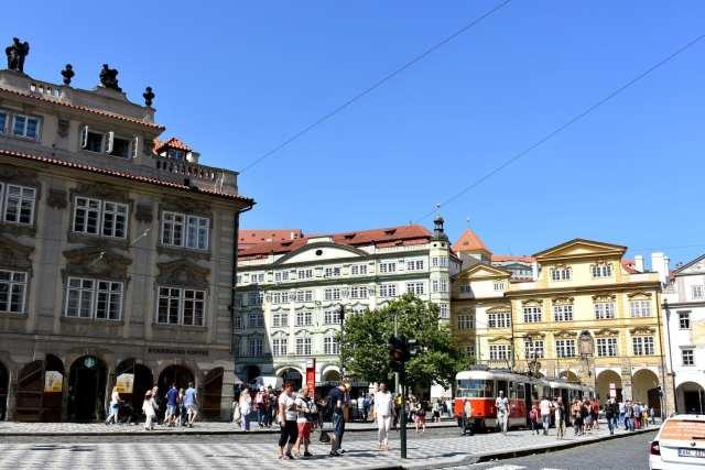 Piazza quartiere Mala Strana - ambasciate - Praga -Le Plume
