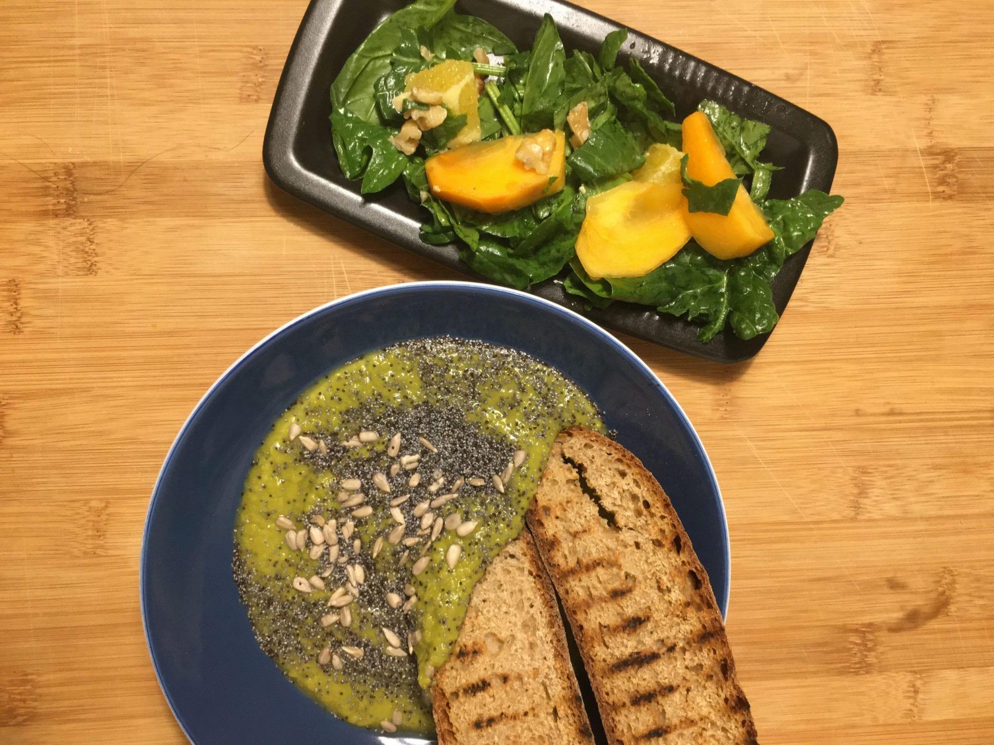 vellutata di piselli e insalata di cachi e spinaci - settimana vegana - LE Plume