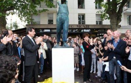 Une salopette en bronze grandeur nature pour Coluche, l'enfant de Montrouge