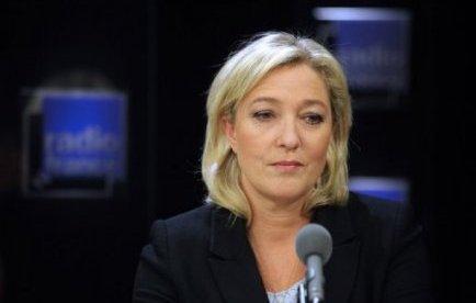 """La présidente du Front national, Marine Le Pen, a demandé mardi que soit reconnue une """"présomption de légitime défense"""" pour les forces de l'ordre, fût-ce au """"risque des bavures"""", après deux fusillades en 24 heures dans les Bouches-du-Rhône."""