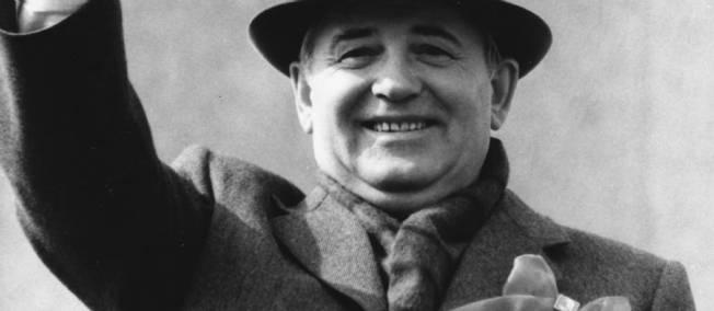 """""""Mikhaïl Gorbatchev, secrétaire général du Comité central du PCUS, à la tribune du mausolée de Lénine, le 1er mai, lors du défilé des travailleurs sur la place Rouge, Moscou"""" (traduction de la légende originale). V. Musaelyan, 1988. Coll. BDIC, Fonds France-URSS."""