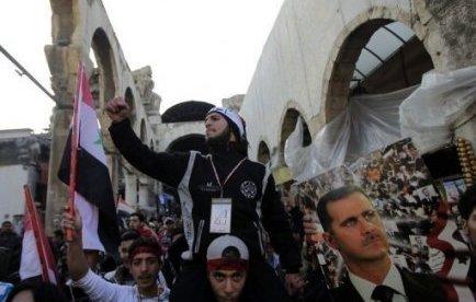 M. Assad, détendu, le col de la chemise ouvert, s'est adressé pendant quelques minutes à la foule de manifestants pro-régime agitant des drapeaux syriens sur la place des Omeyyades à Damas et venus, selon la télévision officielle, soutenir les réformes annoncées la veille.