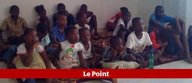 Les enfants écoutant des histoires à la bibliothèque du camp de réfugiés de Dadadou.
