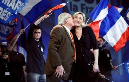 """Sous le regard de son père Jean-Marie Le Pen, présent à Marseille où il est élu, Marine Le Pen a poursuivi son discours en estimant """"impossible d'assimiler une immigration aussi massive que celle que nous vivons depuis maintenant des décennnies""""."""