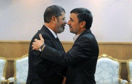 """Le nouveau président islamiste égyptien Mohamed Morsi, pour sa première visite en Iran, a créé un incident en dénonçant """"le régime oppressif"""" devenu """"illégitime"""" en Syrie, ce qui a provoqué le départ de la délégation syrienne."""