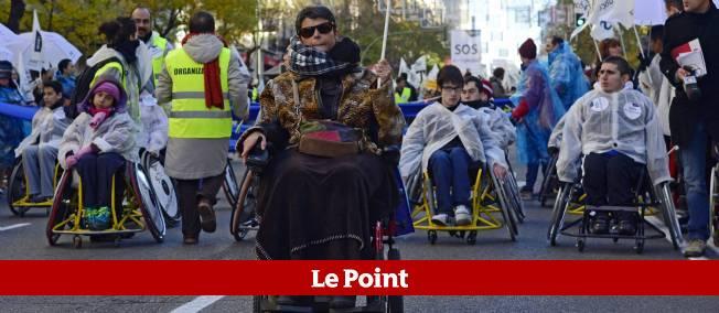 """""""Vous allez nous achever avec autant de coupes"""", criaient une dizaine de manifestants en chaises roulantes au milieu du cortège, à Madrid."""