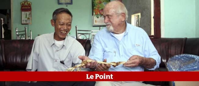 """Le docteur Sam Axelrad """"rend"""" les os du bras de l'ancien soldat Nguyen Quang Hung."""