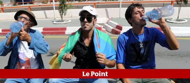 """Plus de 500 Algériens ont mangé et bu en public dans la ville """"rebelle"""" de Tizi Ouzou."""
