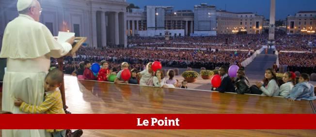 Alors que le pape François faisait un discours, place Saint-Pierre, un petit garçon a tout simplement pris sa place dans son fauteuil.