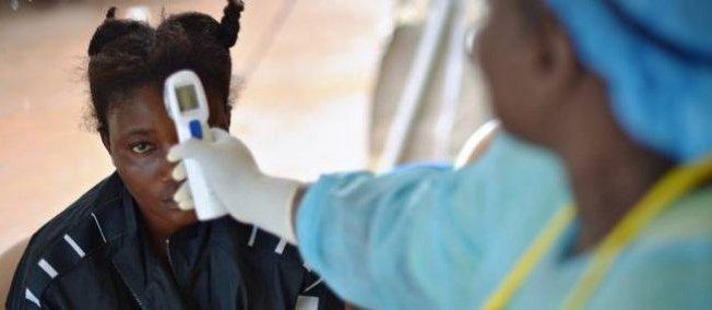 En Sierra Leone, cette jeune fille est soupçonnée d'avoir contracté le virus Ebola.