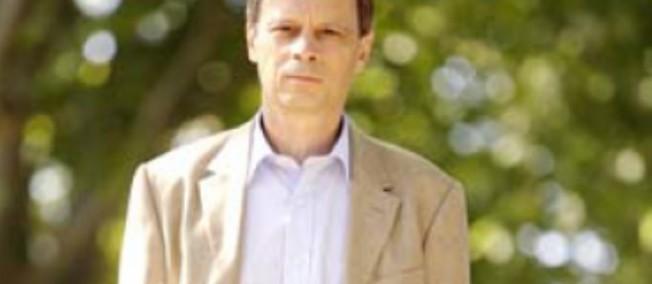 """Jean Tirole avait reçu la plus haute distinction en France pour des travaux scientifiques, la médaille d'or du CNRS en 2007, pour avoir façonné les bases d'une """"nouvelle économie industrielle""""."""