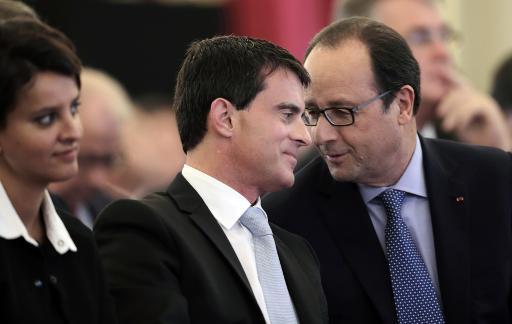 Le président de la République française François Hollande discute avec son Premier ministre Manuel Valls le 30 octobre 2014 au palais de l'Elysée à Paris © Philippe Wojazer POOL/AFP