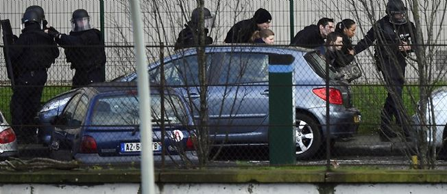 Las fuerzas especiales evacuados los residentes de Saint-Mande, después de que el rehén Porte de Vincennes.