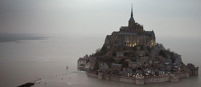 """De Saint-Malo au Mont-Saint-Michel, les touristes ont profité de la """"marée du siècle"""". Mais la fête a été endeuillée par la mort de deux pêcheurs."""
