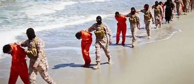 Des djihadistes de la branche libyenne de l'EI s'apprêtent à exécuter 21 Égyptiens coptes sur une plage non loin de la ville de Syrte.