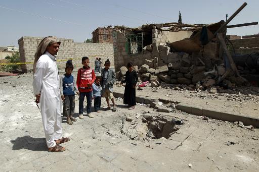 Des yéménites constatent l'ampleur des dégâts, le 18 juin à Sanaa, au lendemain d'une série d'attaques à la bombe anti-chiites dans la capitale © MOHAMMED HUWAIS AFP